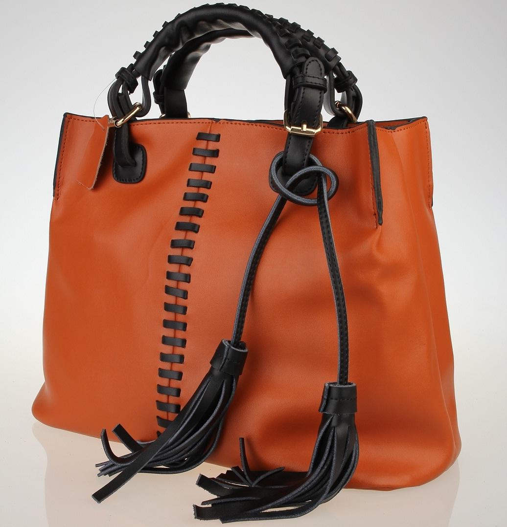 d01786fa0 Este tipo de bolsos se caracterizan porque pueden ser coloridos y llevar  adornos como tachas, cierres, pompones, placas etc.