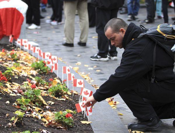 Vigilia en Motreal en memoria de los soldados caídos por un ataque terrorista