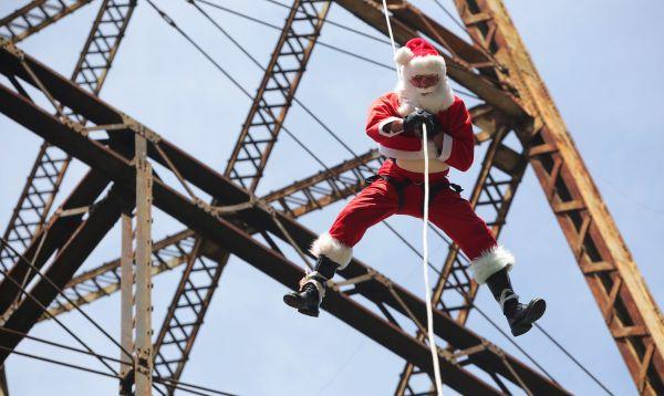 Bombero vestido de Papá Noel deja regalos a niños pobres que viven debajo del puente Belice