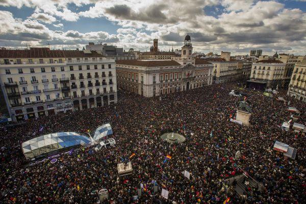 El partido español de izquierda, Podemos, concentra una multitud de gente en Madrid