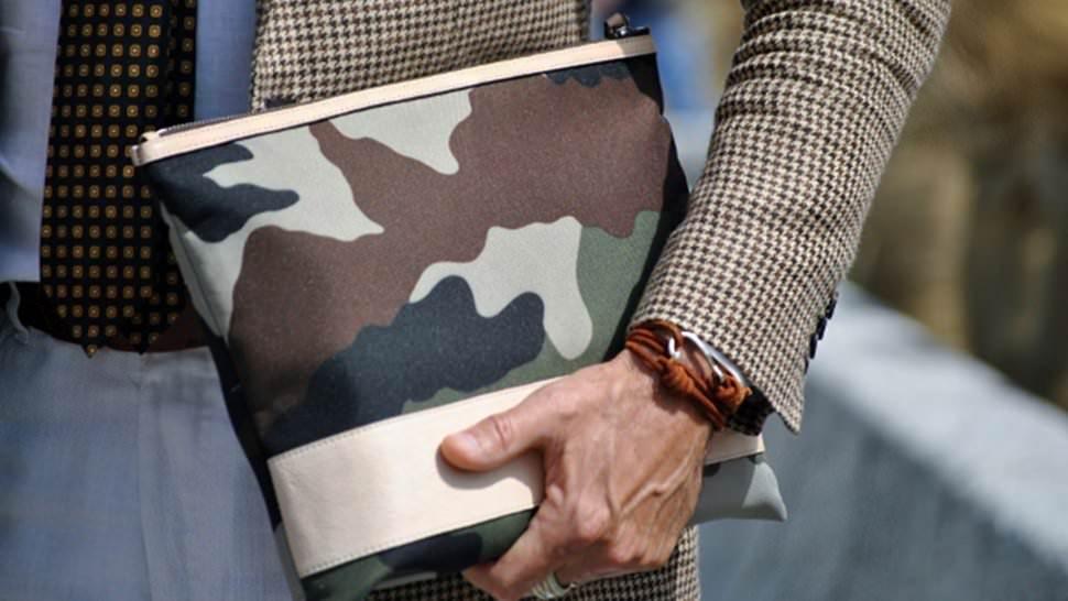f3ca048e962d El rockero usa pulseras tachonadas de cuero negro. Esta es una forma muy  diferente de pulsera de identidad