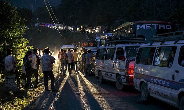 Miles huyen de capital de Nepal en busca de ayuda y por temor a réplicas