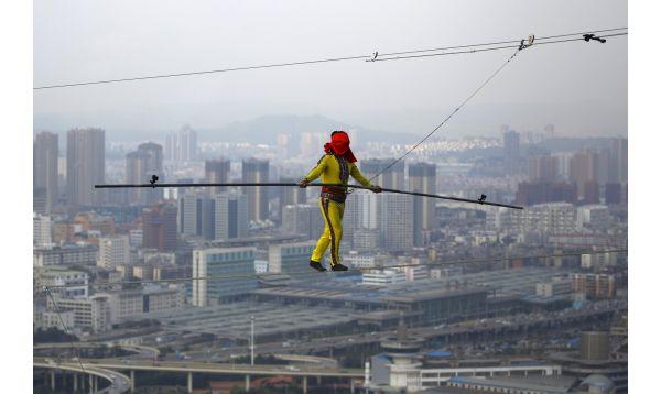 Chino camina sobre cuerda floja a 150 metros de altura - Noticias de yunnan