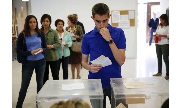 España vota en comicios regionales que podrían fragmentar mapa político