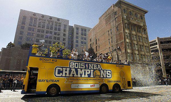 Warriors festejan título de NBA con desfile en Oakland - Noticias de cleveland cavaliers