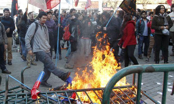 Maestros y estudiantes protestan en contra del gobierno chileno exigiendo reformas en sistema educativo - Noticias de reforma educativa