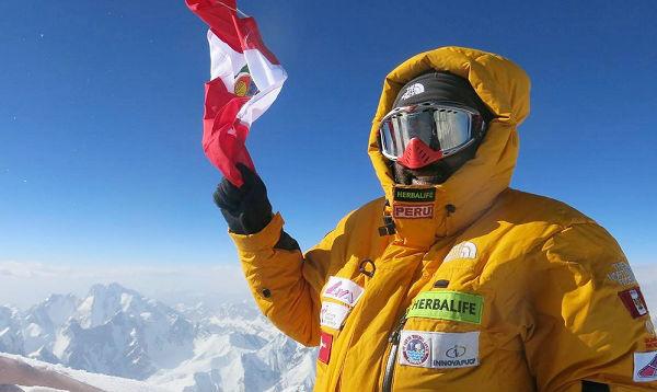 Montañista peruano envía saludo patrio desde la cumbre Gasherbrum en Pakistán
