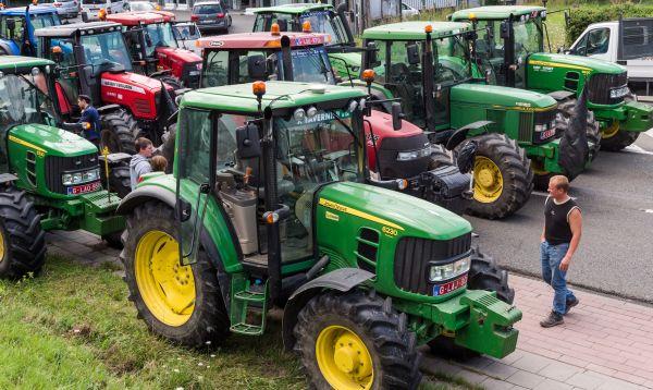 Agricultores belgas bloquean autopista en protesta por bajos precios que afirman reciben por sus productos - Noticias de autopista del centro