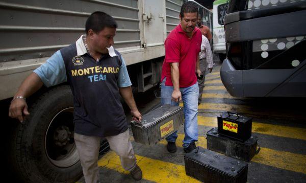 Conductores enfrentan grandes problemas para comprar baterías para vehículos en Venezuela - Noticias de chavismo