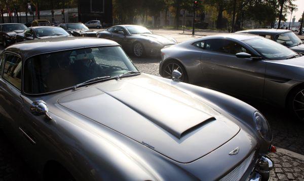 Autos del agente 007 se exhiben en los Campos Elíseos en París - Noticias de aston martin