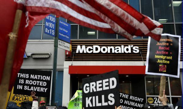Trabajadores de restaurantes de comida rápida hacen huelga en Nueva York por un mejor salario - Noticias de huelga de trabajadores