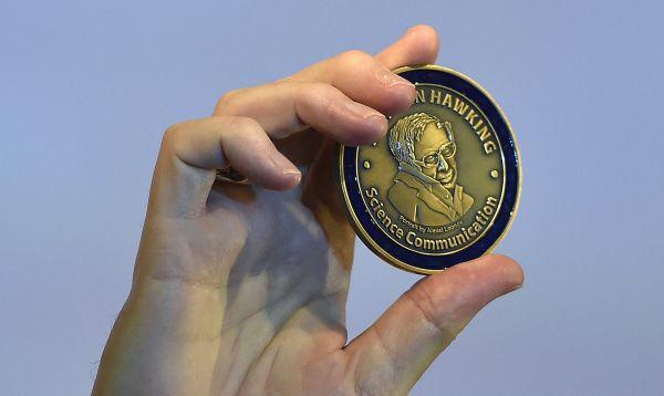Stephen Hawking crea medalla para recompensar popularización de la ciencia - Noticias de stephen hawking