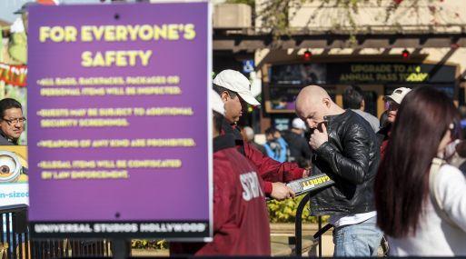 Parques temáticos de Los Ángeles aplican nuevos protocolos se seguridad como detectores de metal - Noticias de parque tematico