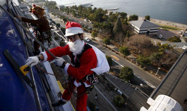 Vestidos de Santa Claus limpian ventanas en rascacielos de Tokio en la víspera de Navidad - Noticias de santa claus