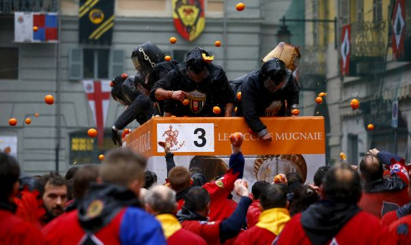 Una ciudad de Italia celebra los carnavales con una guerra de naranjas - Noticias de reyes tirado