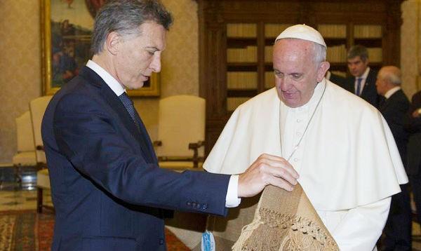 Macri visitó al Papa y le regaló un poncho de alpaca - Noticias de fibra de alpaca