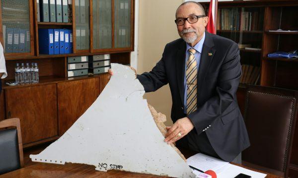 Mozambique presenta fragmento de avión que podría pertenecer al vuelo malasio desaparecido - Noticias de avión siniestrado