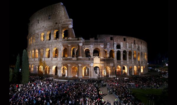 Fieles católicos atienden el Vía Crucis en Roma - Noticias de coliseo romano