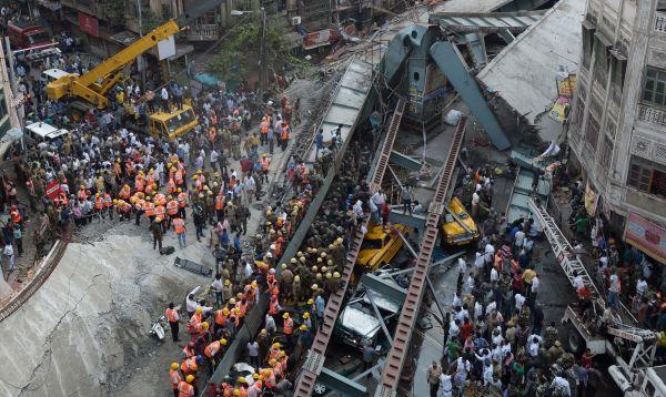Al menos 20 muertos y un centenar de heridos en el derrumbe de un paso elevado en India - Noticias de desastres