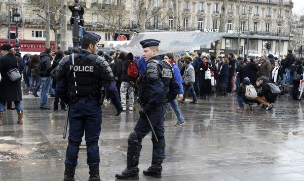 Policía francesa desaloja a manifestantes en plaza de París - Noticias de reforma laboral