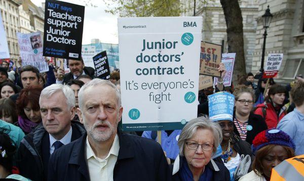 Médicos en Reino Unido organizan primera huelga general en historia del Sistema Nacional de Salud - Noticias de huelga