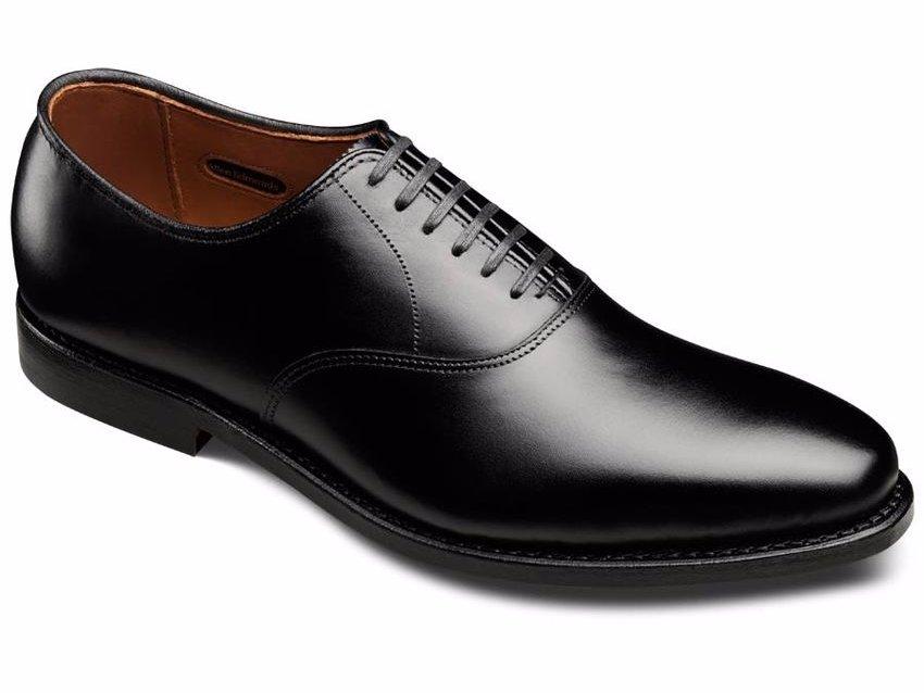 b5b37fbc9de10 Un par de mocasines o zapatos sin cordones para entornos casuales de  negocios. Los mocasines de cuero son opciones clásicas para el trabajo.
