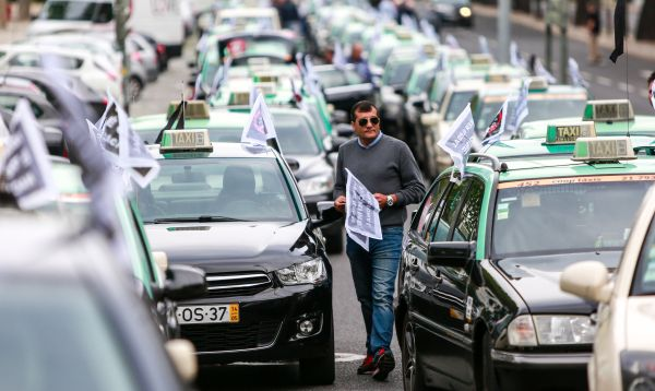 Taxistas en Portugal protestan contra Uber - Noticias de sector privado