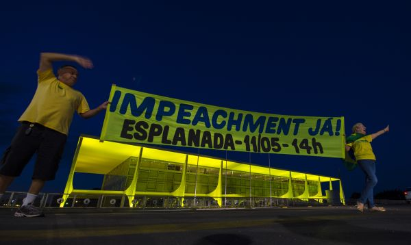 Manifestantes a favor del impeachment de Rousseff se manifiestan frente a palacio presidencial en Brasilia - Noticias de servir