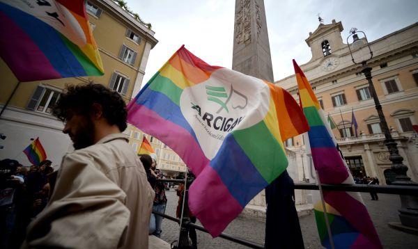 Italia legaliza las uniones entre homosexuales por amplia mayoría en el Parlamento - Noticias de matrimonio gay