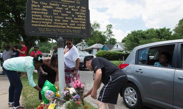 Seguidores de Muhammad Ali dejan flores frente a la casa donde vivió su infancia - Noticias de billy crystal