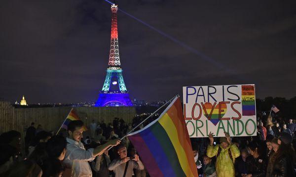 Torre Eiffel se ilumina con los colores del arco iris en homenaje a las víctimas de la masacre de Orlando - Noticias de el trocadero