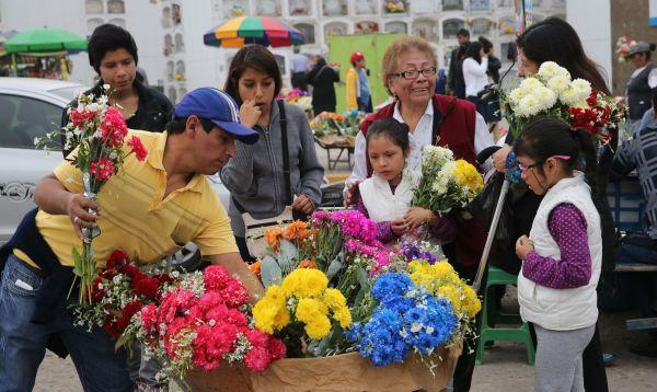 Familias acuden a cementerios de Lima y Callao por el Día del Padre - Noticias de cerveza