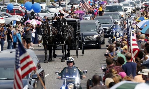 EEUU: triste funeral de policía abatido en Luisiana - Noticias de raza negra