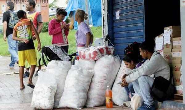 Avalancha de venezolanos llega a frontera con Brasil para comprar comida - Noticias de básicos