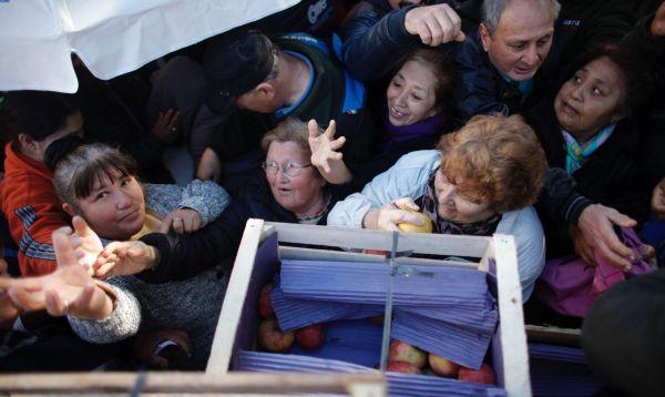 Argentina: productores protestan regalando 10 toneladas de peras y manzanas - Noticias de protestas en buenos aires