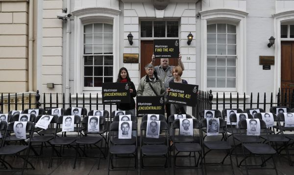 Sillas vacías en Londres por los 43 estudiantes mexicanos desaparecidos - Noticias de pena nieto