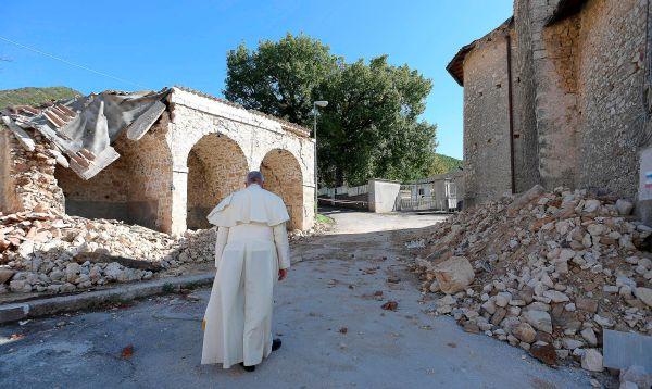 Papa Francisco realiza sorpresiva visita para consolar a sobrevivientes de terremoto en Italia - Noticias de iglesia san francisco