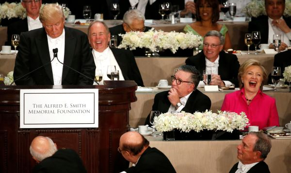 Trump y Clinton provocan risas por unos instantes en cena benéfica - Noticias de lado b