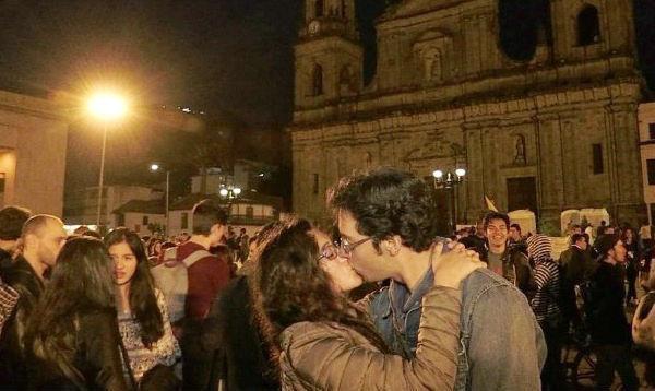 """Cientos de personas participaron en """"Besatón por la paz"""" en Bogotá - Noticias de esto es guerra fotos"""