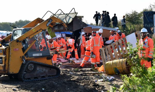 Comienzan trabajos de demolición en el campamento de migrantes de Calais - Noticias de pobreza