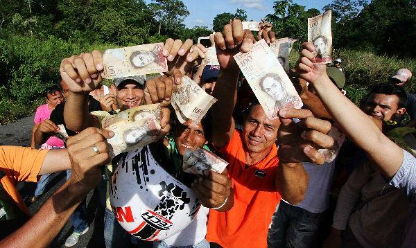 Miles de venezolanos aguardan para cambiar billetes - Noticias de billetes de 100 dólares