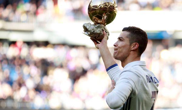Cristiano Ronaldo ofreció su cuarto Balón de Oro al público del Bernabéu - Noticias de michael owen