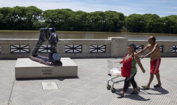 Decapitan y mutilan estatua de Lionel Messi en Argentina - Noticias de lionel messi