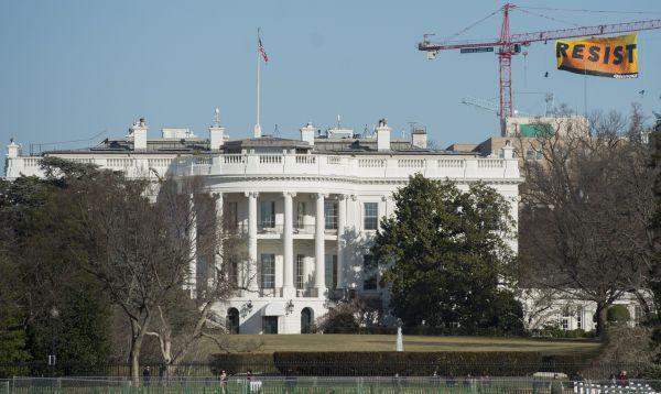 Greenpeace protesta contra Trump con cartel desplegado cerca de la Casa Blanca - Noticias de greenpeace